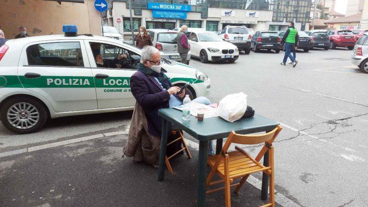 Melegnano, protesta di Dorino Maghini, interviene la polizia locale