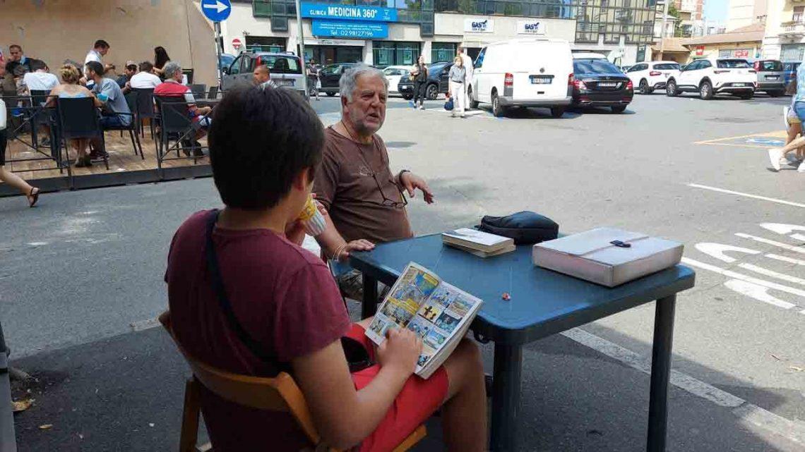 Melegnano, Dorino Maghini protesta in piazza con tavolo e sedie